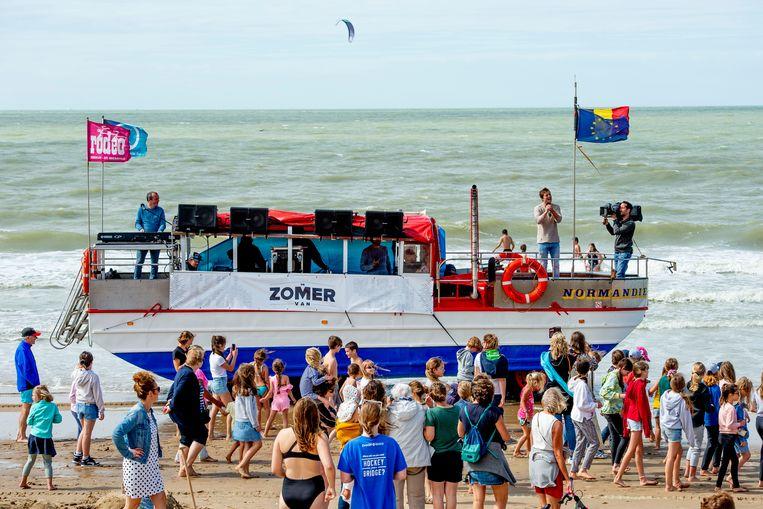 Ondanks het winderige weer lokte Niels al snel een honderdtal fans vanop de amfibieboot Normandie.