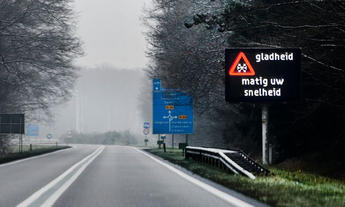 Een waarschuwingsbord langs de A37 dat waarschuwt voor gladheid
