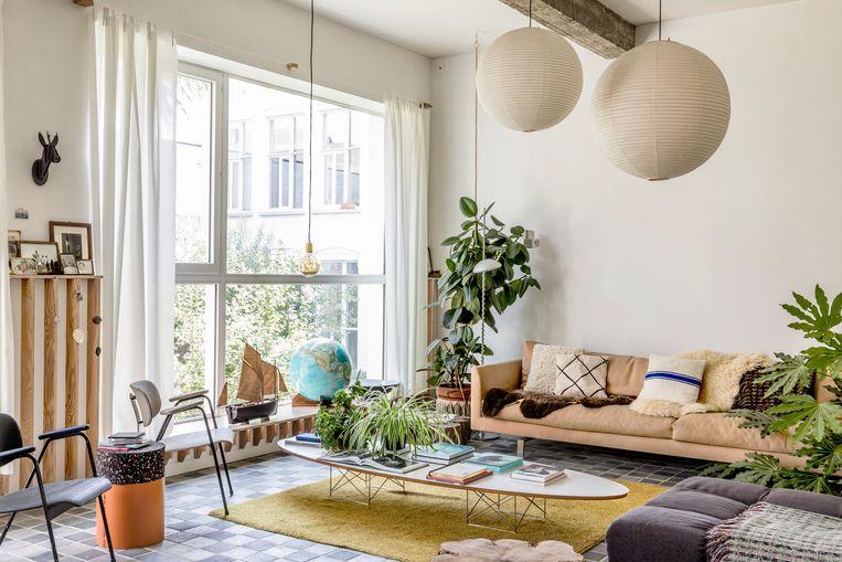 Veel groen in de huiskamer. Het mosterdgele tapijt  werd 50 jaar geleden handgeknoopt door de ouders van Valeria. Beeld Helenio Barbetta