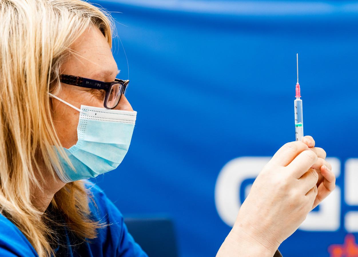 Inwoners van de Hoeksche Waard krijgen het BioNtech/Pfizer-coronavaccin toegediend in sporthal de Bongerd in Oud-Beijerland.