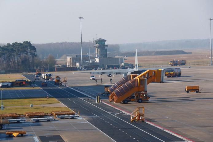 Rook uit militair vliegtuig op Vliegbasis Eindhoven