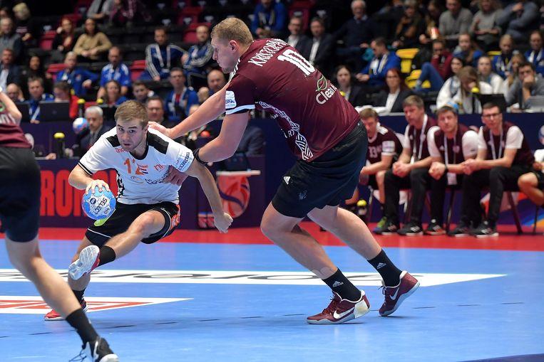 Luc Steins ontwijkt een speler van Letland op het EK van vorig jaar in Noorwegen. Beeld BSR Agency