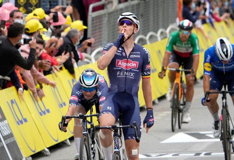 Tim Merlier viert zijn overwinning in de derde etappe,  Beeld Pool via REUTERS
