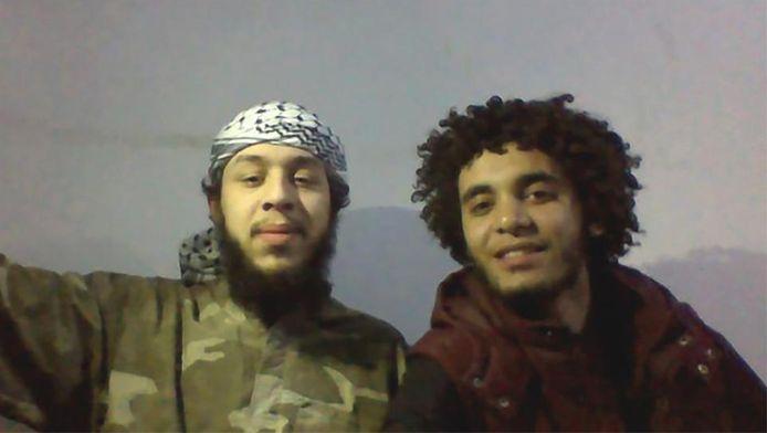 Een Facebookfoto die lange tijd online stond op het profiel van Calebout. Olivier en Abelmalek Boutalliss poseren samen in IS-hoofdstad Raqqa, in 2015. Boutalliss blies zichzelf datzelfde jaar op. Calebout zit nog steeds in Syrië.