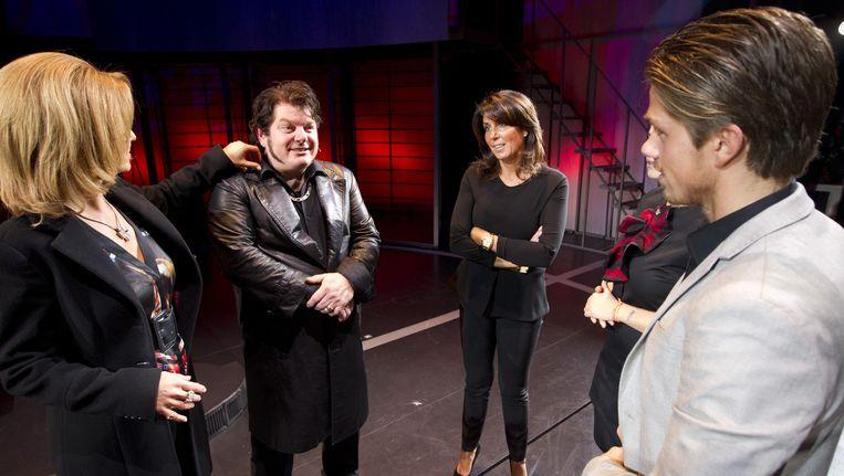 Hoofdrolspelers van Hij gelooft in Mij, Chantal Janzen en Martijn Fischer, ontmoeten na de voorstelling Rachel, Roxanne en Andre Hazes jr. in het DeLaMar theater. Beeld anp
