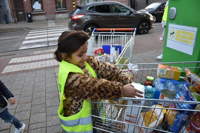 De 500 leerlingen van basisschool De Brug laadden winkelkarren vol met onder meer pasta, soep en koekjes.