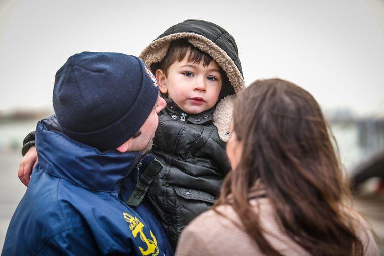 Zeebrugge aankomst fregat F931 Louise-Marie: Petroesjka Devriendt met Mateo wacht op haar man