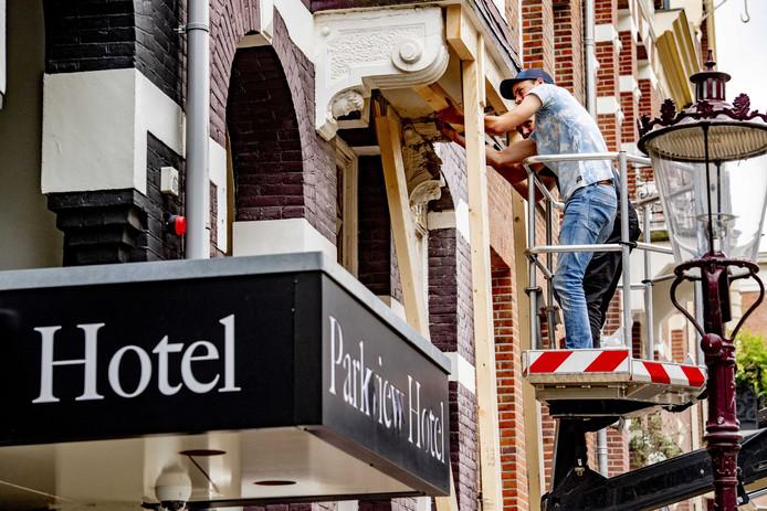 De schade bij het Parkview Hotel na de explosie was groot.