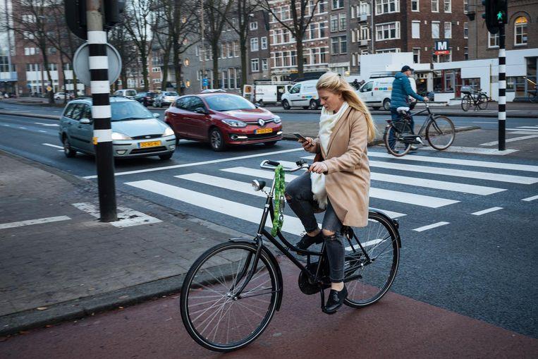 Appende fietsers op het Weesperplein in Amsterdam. Beeld Marc Driessen