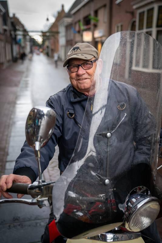 Hennie Dominicus op zijn scooter in Huissen.