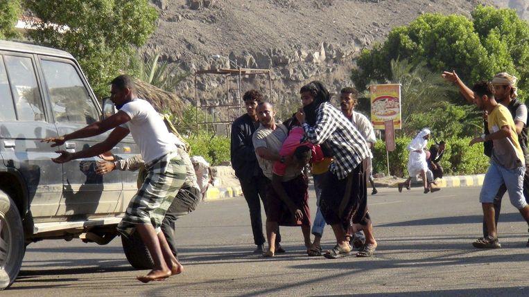 Inwoners van Aden zoeken dekking Beeld reuters