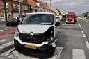 Bij een botsing op het kruispunt van de Kortrijkseweg met de Kerkdreef in Beveren-Leie raakte ook een bestelwagen vrij ernstig beschadigd.