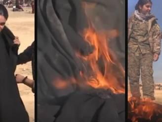 """Bevrijde yezidi-vrouw verbrandt voor de camera haar boerka: """"Ik wou dat ik met IS hetzelfde kon doen"""""""