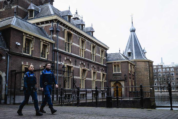 Buitengewoon opsporingsambtenaren lopen langs het Torentje bij het Binnenhof. In het ministerie van Algemene Zaken wordt momenteel in meerdere samenstellingen druk overlegd over extra coronamaatregelen, waaronder een avondklok.