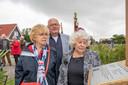 Joke Brouwer-Niesthoven (rechts) met haar zus Anneke en broer Wim kijken naar de plaquette waarop ook hun vader Willem Niesthoven is vernoemd.