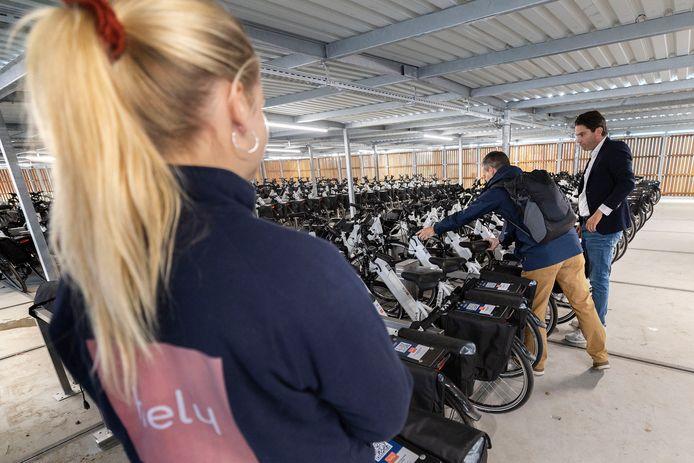 Voor medewerkers van ASML staan op het transferium in Eersel 300 elektrische fietsen klaar om binnen een half uur naar Veldhoven te kunnen rijden. Het bedrijf Hely is verantwoordelijk voor de e-bike hub.
