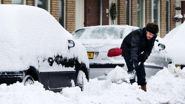 Iemand ruimt de sneeuw op voor zijn huis. Foto ANP Beeld
