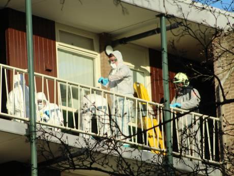 Buurman ziet vermeende coronapatiënt in Apeldoorn snakkend naar adem in de galerij voor zijn flat liggen
