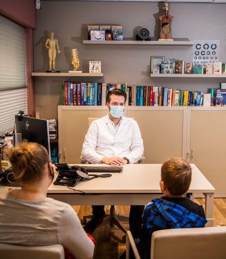 Terwijl ziekenhuizen hun handen vol hebben, wacht huisarts op patiënten: 'Het is veel te rustig'