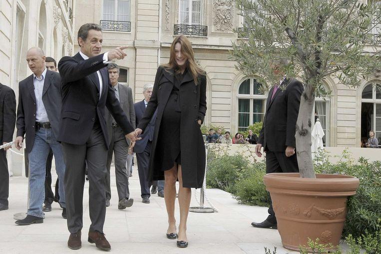 Sarkozy en Bruni in de tuinen van het Élysée-paleis. Beeld reuters