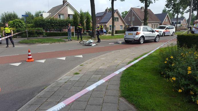 De kruising waar het ongeluk gebeurde is met linten afgezet.