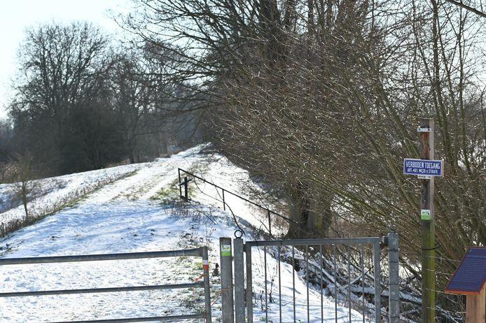 De Nieuwendijk in Brakel is aan beide kanten afgesloten met hek. Ook staan er bordjes. Wandelen is er nu niet toegestaan.