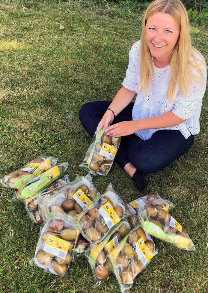 Emma tussen haar favoriete gele kiwi's.