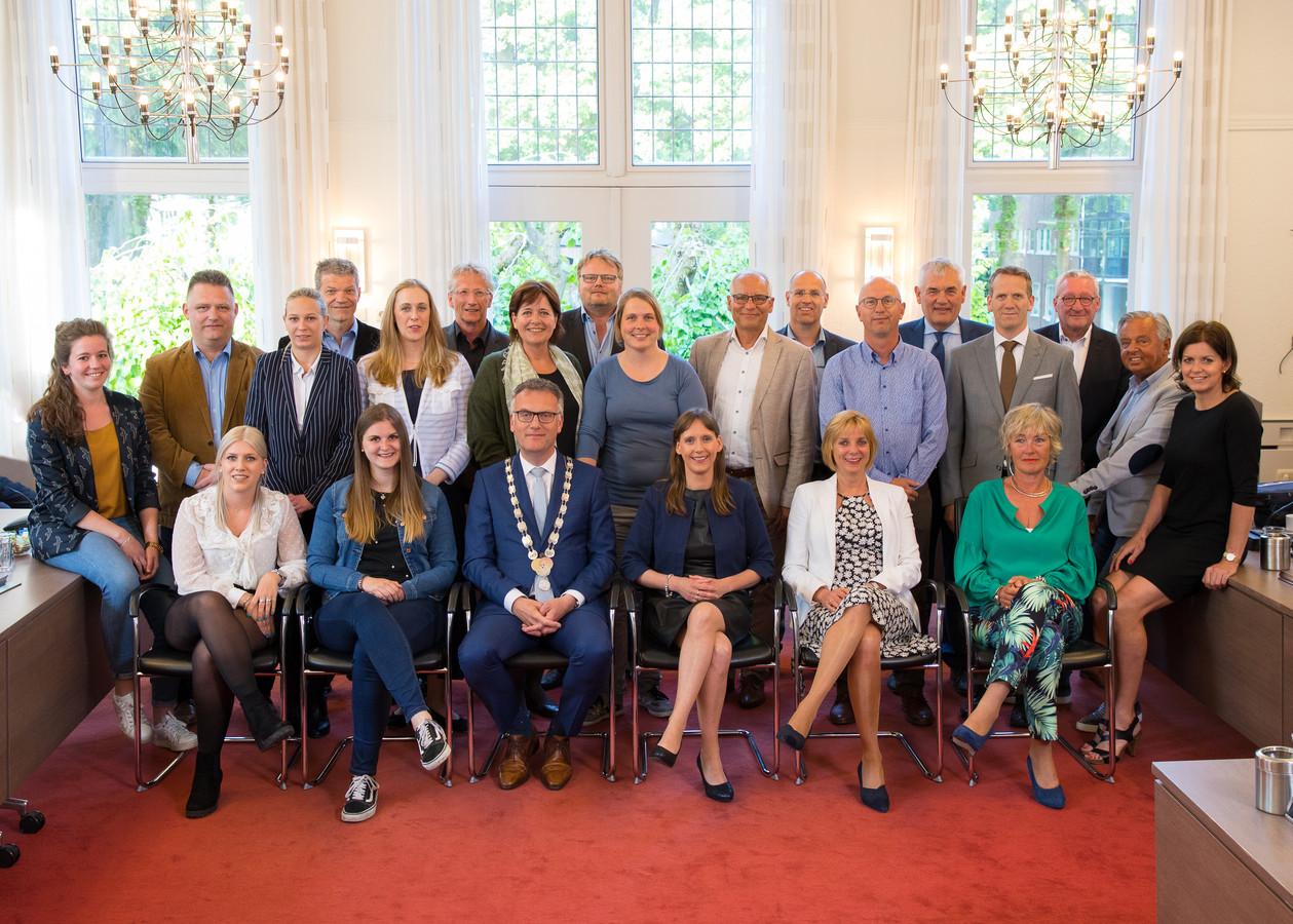 De gemeenteraad van Oisterwijk, met uiterst rechts Marieke Dujardin en uiterst links Stefanie Vulders.