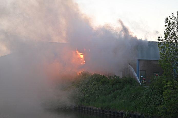 In een bedrijfshal aan de Handelsweg-Zuid in Dronten woedt een uitslaande brand.