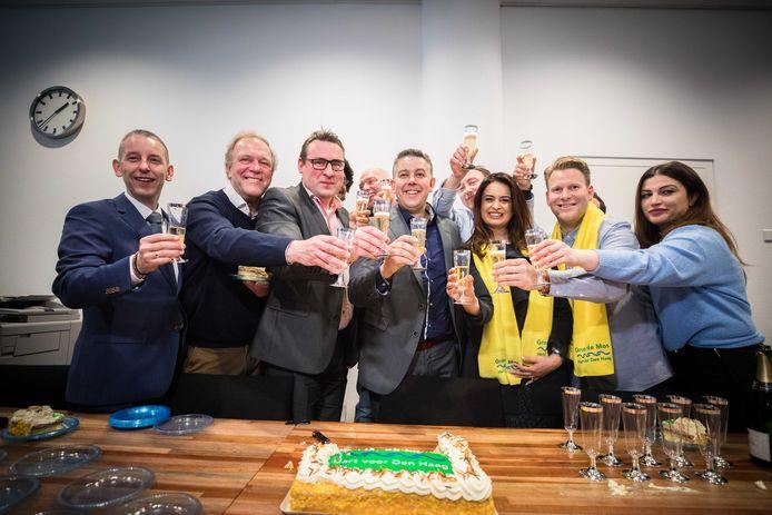 Richard de Mos (derde van links) viert met zijn partijgenoten de verkiezingsoverwinning. Zijn partij is de grootste in Den Haag.
