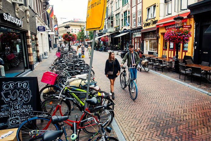 Fietsers en auto's hebben op Oudkerkhof in Utrecht geen doorgang meer. Het is sinds vier weken voetgangersgebied.  Het leidt ook  tot overlast van veel gestalde fietsen.