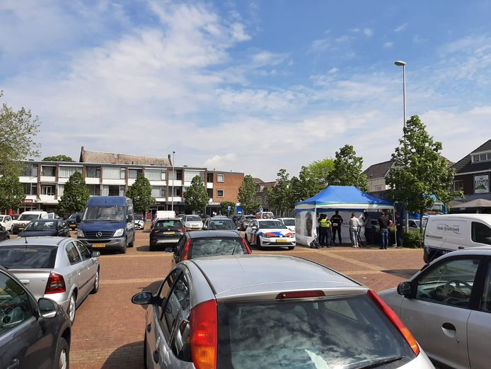 Politie, gemeente en omgevingsdienst houden een actie tegen ondermijning, drugshandel en illegale bewoning rond het Kennedyplein in Ulft.