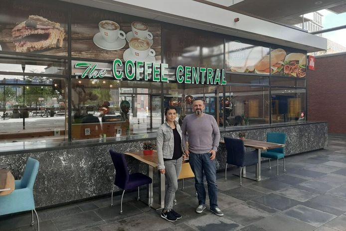 Het echtpaar Melek en Erkan Akbaş in de lunchroom op het station