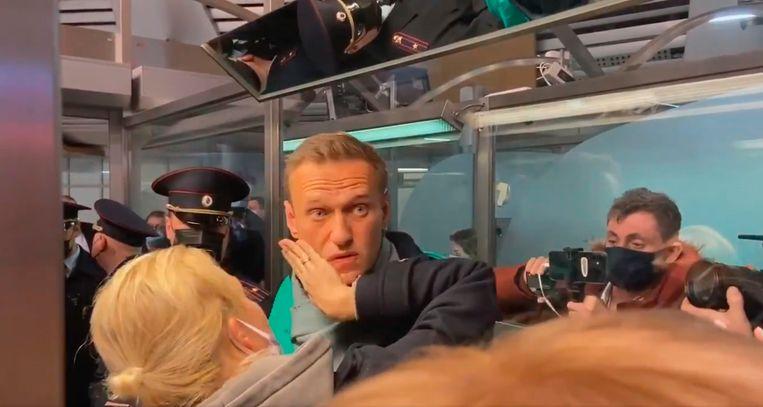 De Russische oppositieleider Aleksej Navalny wordt bij aankomst direct gearresteerd. Beeld EPA