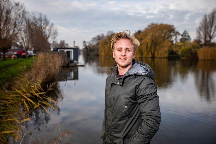 Wesley Mast wil graag een woonboot langs de Kijckerweg in De Lier.