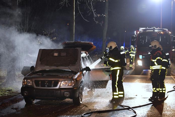 De auto vloog in brand op de Moerse Dreef in Tilburg.
