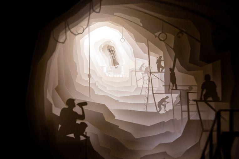 Een maquette in lagen papier boven elkaar geeft een indruk van de diepte en breedte van de mijngangen.
