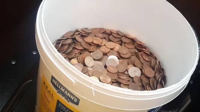 Il accepte d'être payé en liquide, son patron lui donne un seau rempli de pièces de 5 centimes