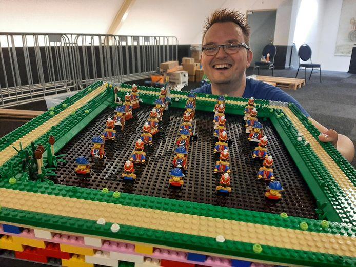 Met zijn lego-versie van het Land van Ooit staat Paul Toxopeus (met bril) dit weekend op de Modelbouwshow in Autotron Rosmalen. Hier