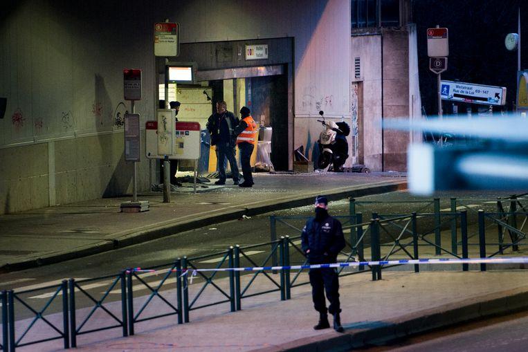 ► De politie stelt een perimeter in na de aanslagen in het metrostation Maalbeek, waar El Bakraoui zichzelf opblies. Beeld TT NEWS AGENCY