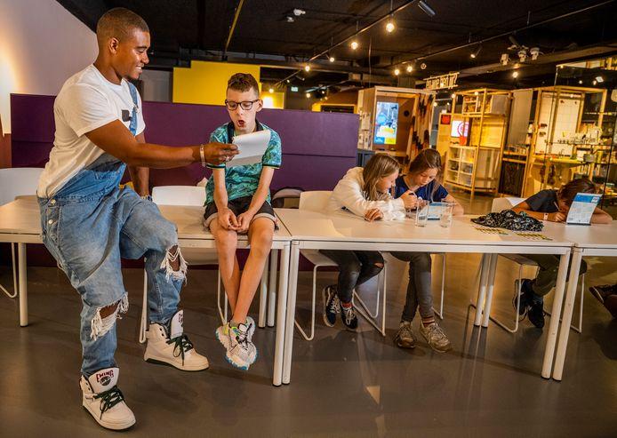 Jongeren krijgen een lesje rappen van HuizBaaz in Museum de Voorde in Zoetermeer.