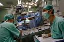 Israëlische artsen opereren in 2009 de 6-jarige Abdullah Siam. Hij was een van de Palestijnse kinderen die destijds Gaza mocht verlaten voor een acute hartoperatie