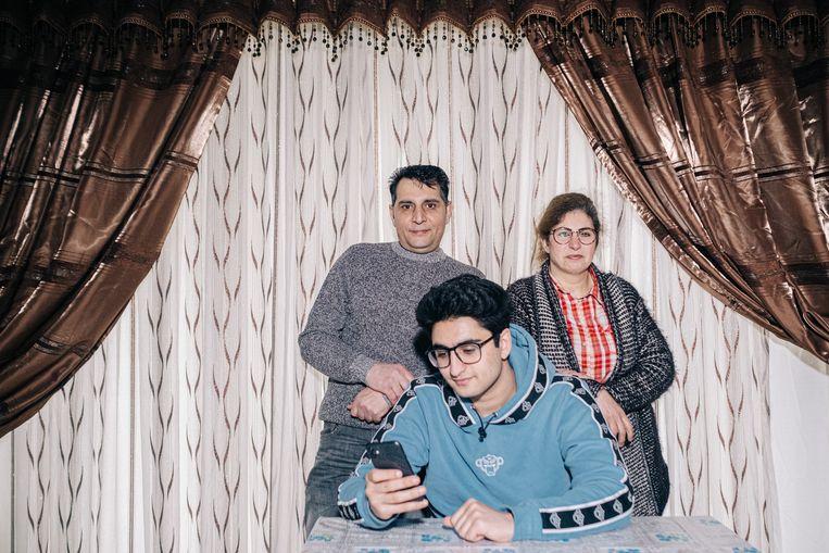 'Zoon, het is niet omdat je een chic bed hebt, dat je 's nachts goed slaapt.' Wijze raad van vader Mohsen Motaffaf aan zijn zoon Amir (@amirmotaffaf op TikTok). Hij en zijn vrouw Mitra Ghissari vluchtten twintig jaar geleden van Iran naar België.   Beeld Wouter Van Vooren