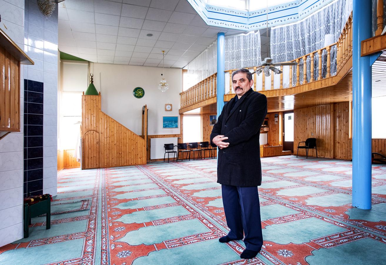 Abdil Pester in de lege gebedsruimte van de Groene Moskee in Druten: ,,Op feestdagen zit het hier vol. Dan komen er wel driehonderd mensen.''
