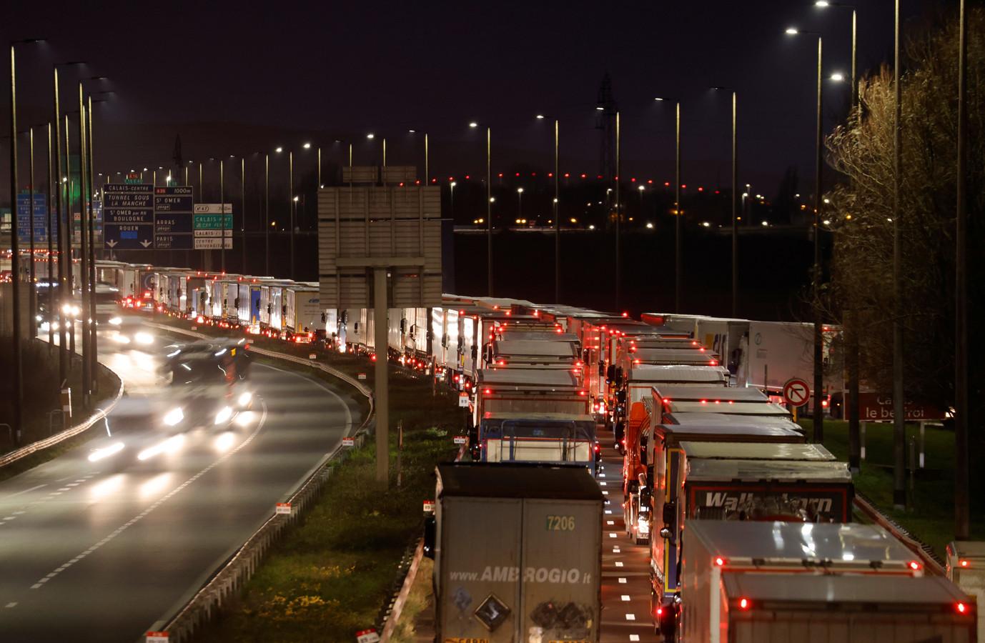 In Calais stonden vanmorgen opnieuw kilometerslange files richting de ferryhaven van vrachtwagens die de oversteek naar het Verenigd Koninkrijk willen maken.