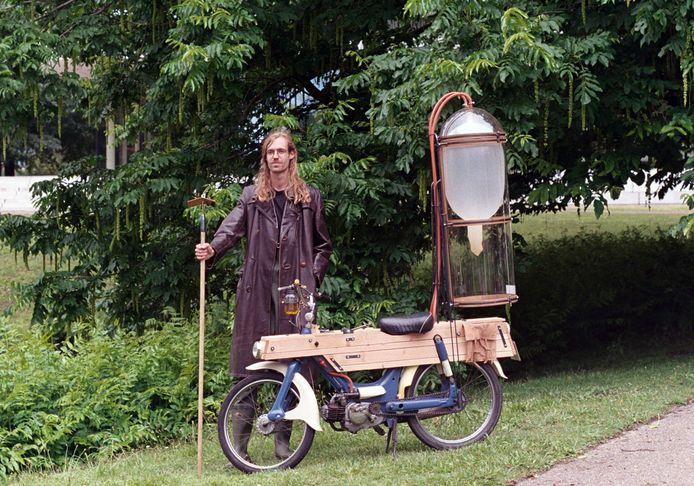 Gijs Schalkx met zijn 'Slootmotor' die rijdt op methaangas.