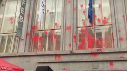 Vakbonden bekladden gebouwen VBO in Brussel met verf