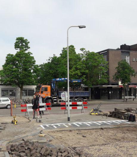 Stratenmakers laten lantaarnpaal midden op rijbaan staan: 'Lekker bezig'