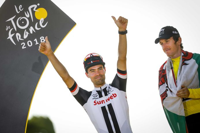 Tom Dumoulin (l)  als nummer twee van de Tour de France naast winnaar Geraint Thomas op de Champs-Elysees.