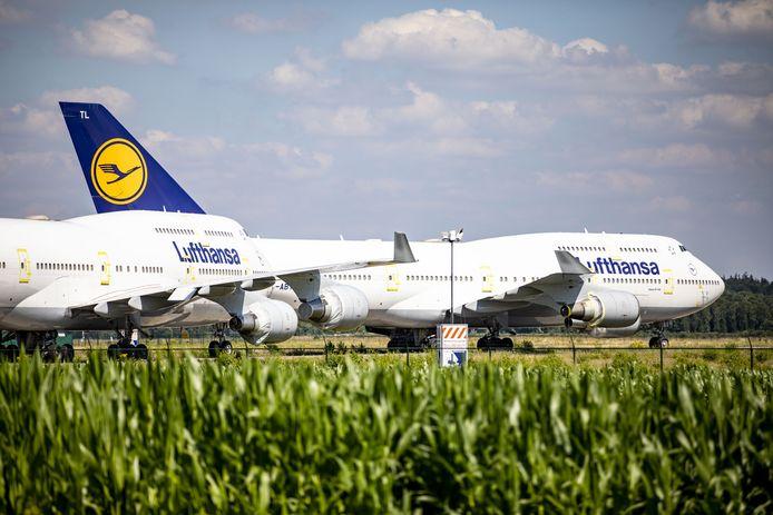 Maandag arriveerden er opnieuw Lufthansa-Boeings op vliegveld Twente. Ze worden er geparkeerd omdat ze vanwege corona niet nodig zijn. Twente Airport vaart wel bij de parkeerinkomsten.